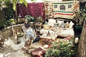 Lake bell39s brooklyn backyard lonny for Decoration exterieur de jardin 10 deco salon hippie chic