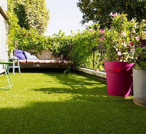 amenager  balcon avec des plantes  une table cote maison
