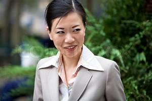 Asiatische Frauen Eigenschaften : eine attraktive asiatische frau in business kleidung gekleidet stockfoto colourbox ~ Frokenaadalensverden.com Haus und Dekorationen