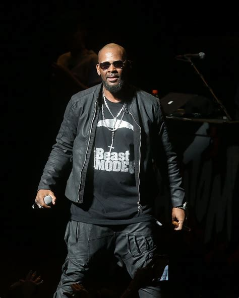 Kelly born robert sylvester kelly on jan. Spotify Removes R Kelly's Songs From Its Playlists - OnoBello.com