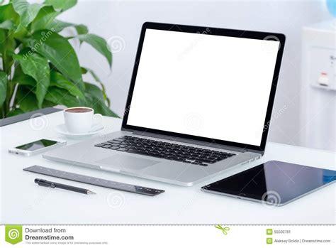bureau pc portable espace de travail moderne de bureau avec le pc de comprimé