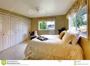 Taille Des Lits : la lumi re modifie la tonalit la chambre coucher avec un lit de taille de reine photos stock ~ Melissatoandfro.com Idées de Décoration