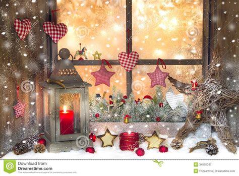 Weihnachtsdeko Fenster Stock by Rote Weihnachtsdekoration Mit Laterne Auf Fensterbrett Mit