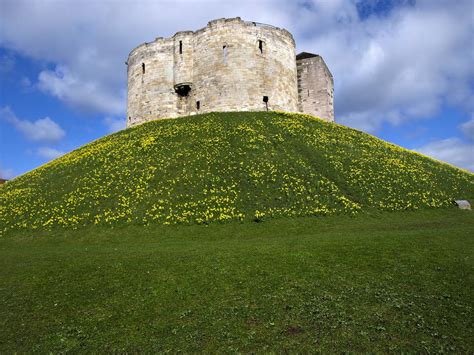 cliffords tower  aboutbritaincom