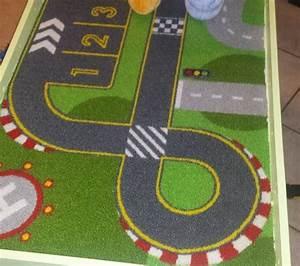 un circuit de voiture sur une table lack With tapis chambre bébé avec fleur voiture mariage