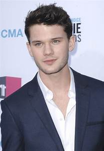 Jeremy Irvine Picture 14 - 17th Annual Critic's Choice ...