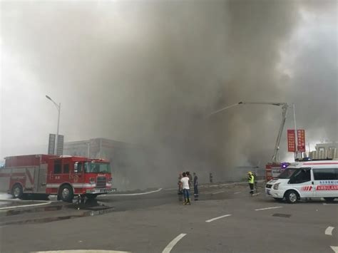 长沙湾田国际市场仓库发生火灾!消防员迅速前往控制火情