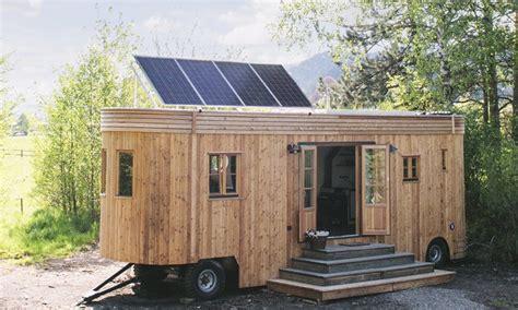 leben im wohnwagen leben im einklang mit der natur dieser energieautarke wohnwagen macht es m 246 glich