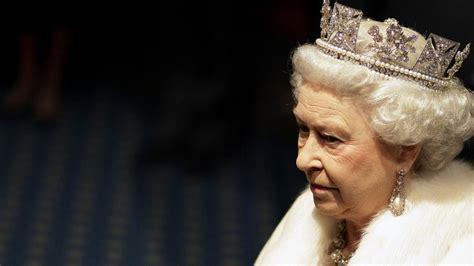 Královna alžběta se roku 1947 provdala za philipa, vévodu z edinburghu, se kterým má čtyři potomky. Alžběta II. jako by na trůnu zkameněla — ČT24 — Česká televize