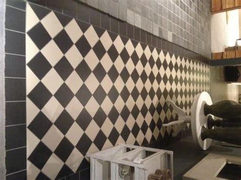tegels diagonaal leggen keukenvloertgels zwart wit diagonaal met plint werkspot
