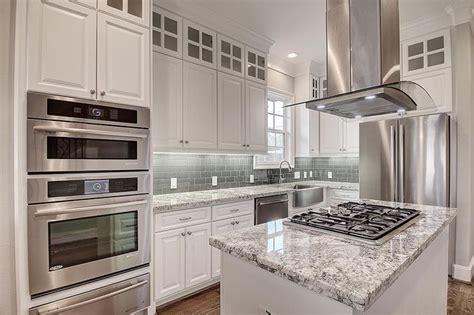 25 beste idee 235 n grey granite countertops op