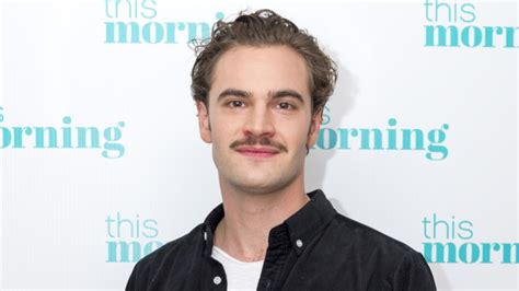 tom bateman reporter amy schumer s mother daughter comedy adds tom bateman