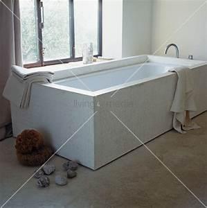 Vor Fenster Armatur : designer badewanne vor fenster und steine auf betonfussboden bild kaufen living4media ~ Markanthonyermac.com Haus und Dekorationen