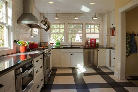 Ikea Molndal Lu Gantung białe kafle w kuchni w stylu retro kuchnia w stylu retro