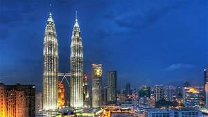 Sky Touching Petronas Towers Wallpaper