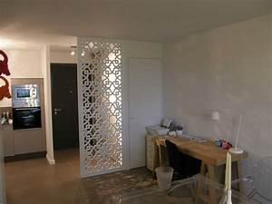 moucharabieh blanc dans une entree permettant d39occulter With porte d entrée alu avec ensemble salle de bain conforama