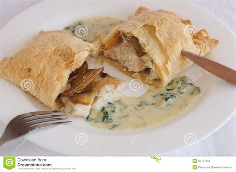 poulet en pate feuilletee poulet avec des chignons en p 226 te feuillet 233 e avec de la sauce cr 232 me photo stock image 42167143
