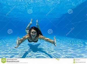 Rustine Piscine Sous L Eau : femme nageant sous l 39 eau dans une piscine image stock image du aquatique pose 34229601 ~ Farleysfitness.com Idées de Décoration