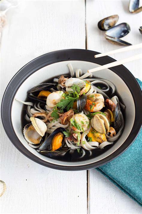 bouillon de fettucine 224 l encre de seiche et fruits de mer