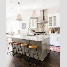Eine Weiße Küche Mit Einer Grauen Küche Der Insel Eine