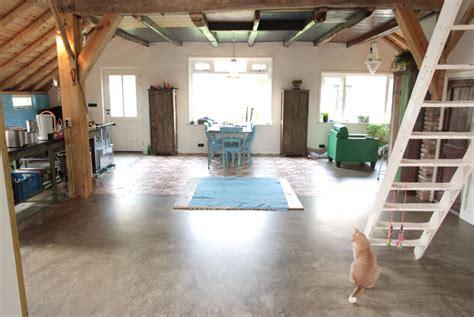gietvloer badkamer op hout betonlook goedkope gietvloeren