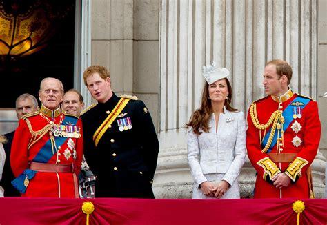 Feste private, yacht, aerei privati, ville ed automobili da sogno. La regina Elisabetta e tutto lo stile Trooping the colour ...