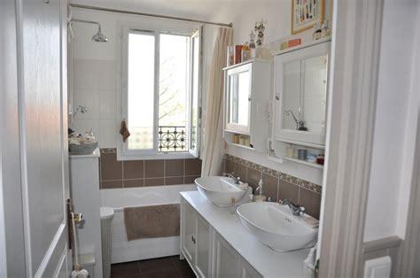 davaus net salle de bain blanche et taupe avec des