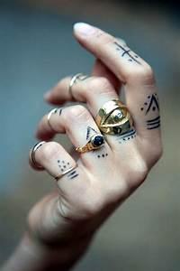 Finger Tattoo Symbole : 101 cute finger tattoos designs your mom will also allow ~ Frokenaadalensverden.com Haus und Dekorationen