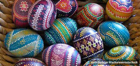 ostereier wachstechnik anleitung eier mit mehrfarbiger wachsreservetechnik wachsbatik verziert egg straodinary