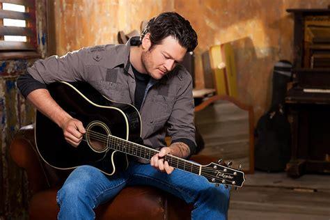 blake shelton guitar hottest men in country music blake shelton