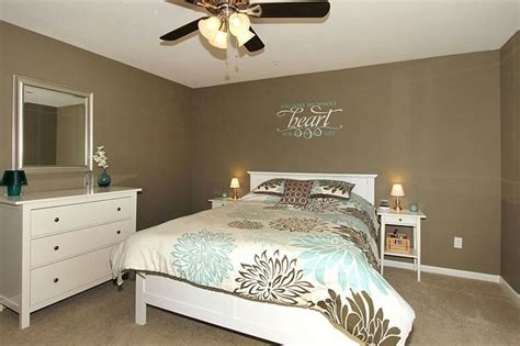best 25 mocha bedroom ideas spare room decor college bedroom decor and white