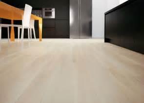 Abbinare il pavimento al rivestimento della cucina foto
