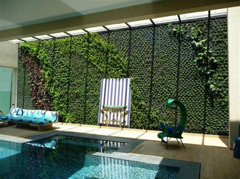 muro verde interior al lado de la alberca iq garden