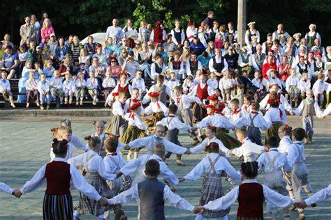 6. Novada Dziesmu un deju svētki apvieno tradicionālo ar ...