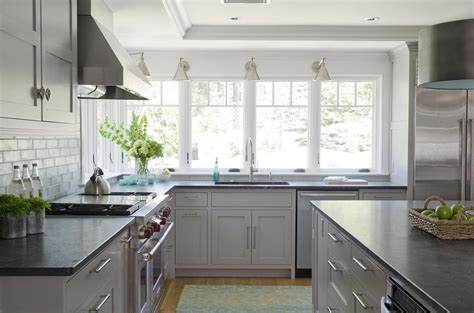 what color granite with white kitchen cabinets light gray cabinets with granite countertops www 9833