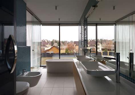 salle de bain avec baie vitr 233 e