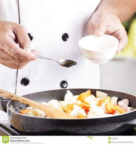 chef mettant la sauce 224 assaisonnement dans la casserole pour faire cuire le por japonais photo