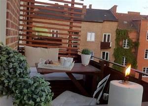 Kleiner Balkon Einrichten : kleiner gem tlicher balkon mit holz sichtschutzwand balkony pinterest balkon schmaler ~ Orissabook.com Haus und Dekorationen