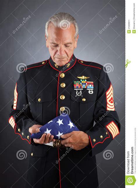flag holding sad marine soldat triste retenant indicateur bandierina fante tiene marina che houdt droevige vlag een