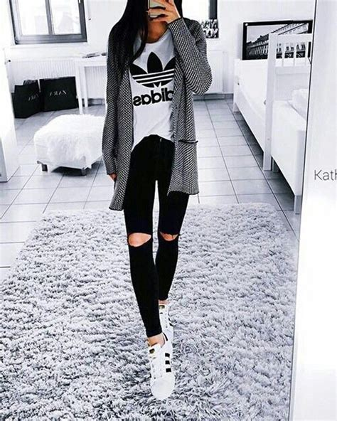 Outfits su00faper chic que puedes hacer con una playera Adidas | Modu0103 u021ainute u0219i Modu0103 femininu0103