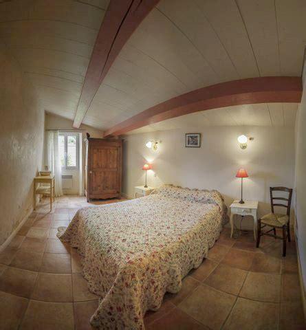 chambre d hote dans les arbres le chai gîte rural chambre d 39 hôtes cabane perchée