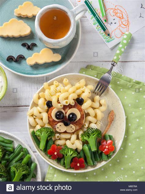 Funny Girl Essen Gesicht Mit Schnitzel, Pasta Und Gemüse