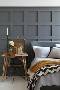 Une peinture chambre gris moyen sur des lambris en bois