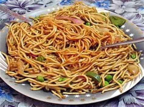 cuisiner nouilles chinoises nouilles chinoises sautées aux légumes et aux oeufs