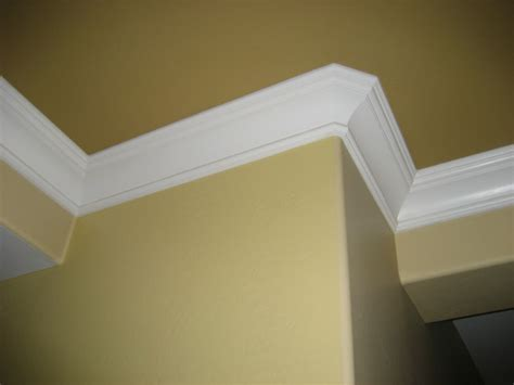 king george crown moulding traditional living room