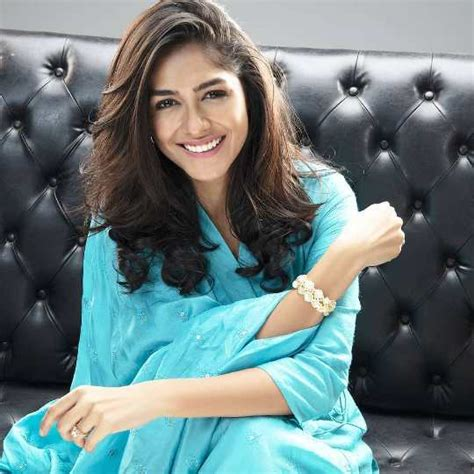 Mrunal Thakur Height, Weight, Age, Boyfriend, Husband ...