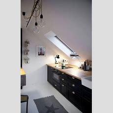 Eine Skandinavische Dachgeschoss Küche Mit Schwarz