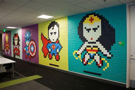 bureau post it ils écorent leur bureau avec des héros faits avec