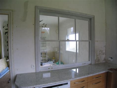 passe plats pour cuisine fenêtre à guillotine sur cuisine encastrée séparation interieure verriere volets