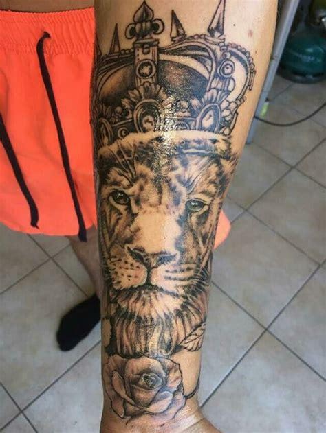 tatouage lion avec couronne realise par julls
